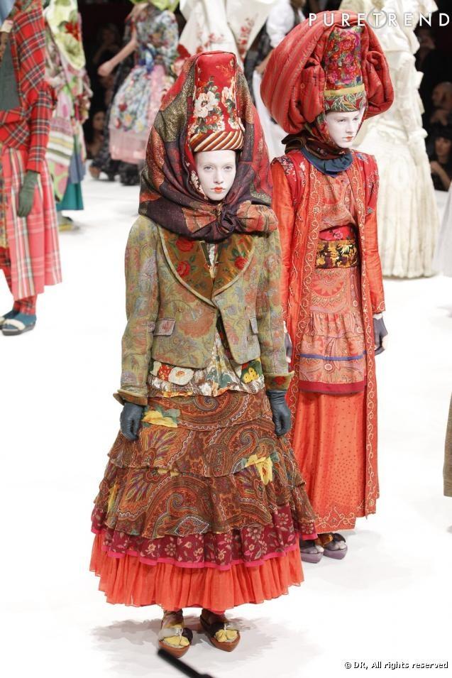 Destination : la Chine, la Russie, ou bien la Mongolie... Disons l'Asie de l'Est.   Compagnie : Kenzo Airways   Dans la valise : un look de poupée russe, de danseuse folklorique kazakhe, mixée avec une collection d'imprimés nippons. Défilé Kenzo printemps-été 2011