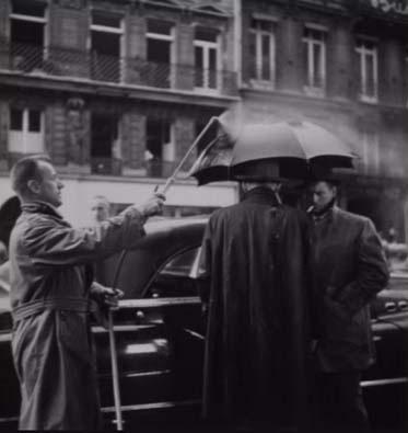 La artesanía de los efectos especiales para simular lluvia durante el rodaje de una de las obras cumbres del film noir europeo, 'Rififi' (1955), de Jules Dassin. Los 'rociados', Jean Servais que realiza una memorable interpretación como Tony Le Stephanois, y Carl Mohner.