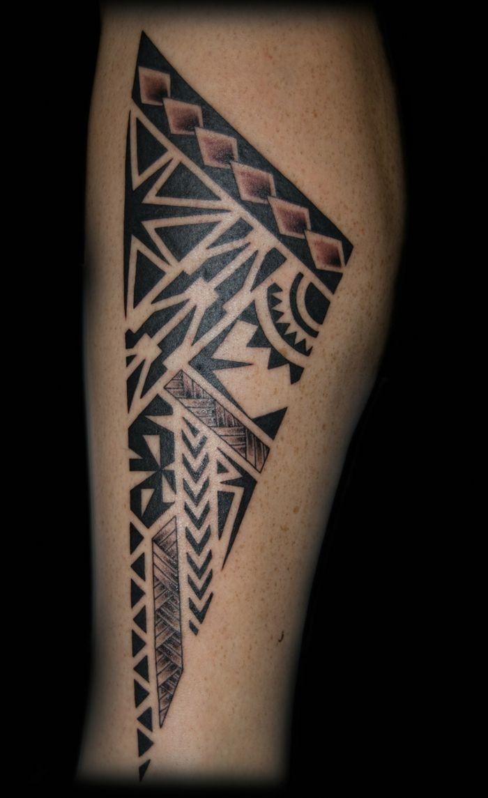 tatuajes antebrazo, tatuaje con motivos maori en pierna inferior de hombre, punta de lanza estilizada #maoritattoospierna