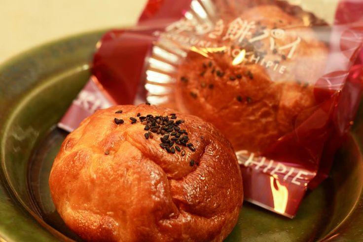 ☆杵つきもちパイ☆  あん入りの大福をパイ生地で包んだ、ちょっと変わったパイはいかがですか?  こちらのパイをつくっているのは島根県出雲市の『糸賀製餅店』さん。 お米にこだわり、お餅は島根県内の厳選されたもち米を使ってつくられています。  このパイ、食感がかわっていて周りはサクサク、中はモチモチ。 パイ生地も、餡も、ほどよい甘さ。  食べる前にオーブンで軽くあたためるとパイ生地の甘~い香りが広がり、お餅も柔らかくなるのでさらにおいしくいただけます。  ※詳しくは、下記の連絡先でご確認ください。 ■糸賀製餅店 住所:島根県出雲市斐川町荘原1175-3 電話:0853-72-3019 地図:  http://goo.gl/maps/TgRBX ホームページ:  http://www.itoga-mochi.jp/ Facebookページ:  https://www.facebook.com/pages/糸賀製餅店/517309345007552 #島根県 #出雲市 #斐川町 #餅 #パイ