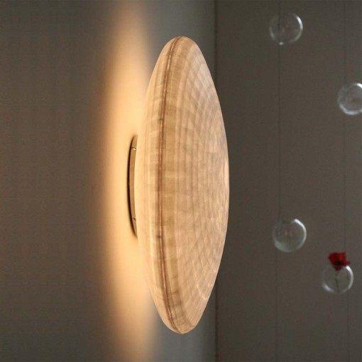 L'applique Zen, signée de la designer française Céline Wright, est une véritable sculpture lumineuse. Elégante et classique, Zen diffuse une lumière douce et raffinée. Un abat-jour Zen est aimanté sur une platine en acier noir. Il peut être fixé au mur ou au plafond. <br><br>  La matière noble du papier japonais offre une douceur extraordinaire à l'atmosphère de votre pièce. Dans un salon, une entrée, une chambre, l'applique Zen ne passera pas inaperçue. Une lampe poétique conçue…
