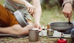 Fretten'Goeien Boef' is een kookboekje voor de kampzomer. U vindt er recepten voor de 10 populairste kampgerechten, in een net iets ander jasje.