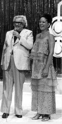 """Lolita Rodrigues recebe Chacrinha no programa """"Clube dos Artistas"""", que foi ao ar entre 1951 e 1980. Foi nesse programa que nasceu o quadro """"Pra Quem Você tira o Chapéu?"""", hoje em dia exibido no """"Programa Raul Gil""""."""