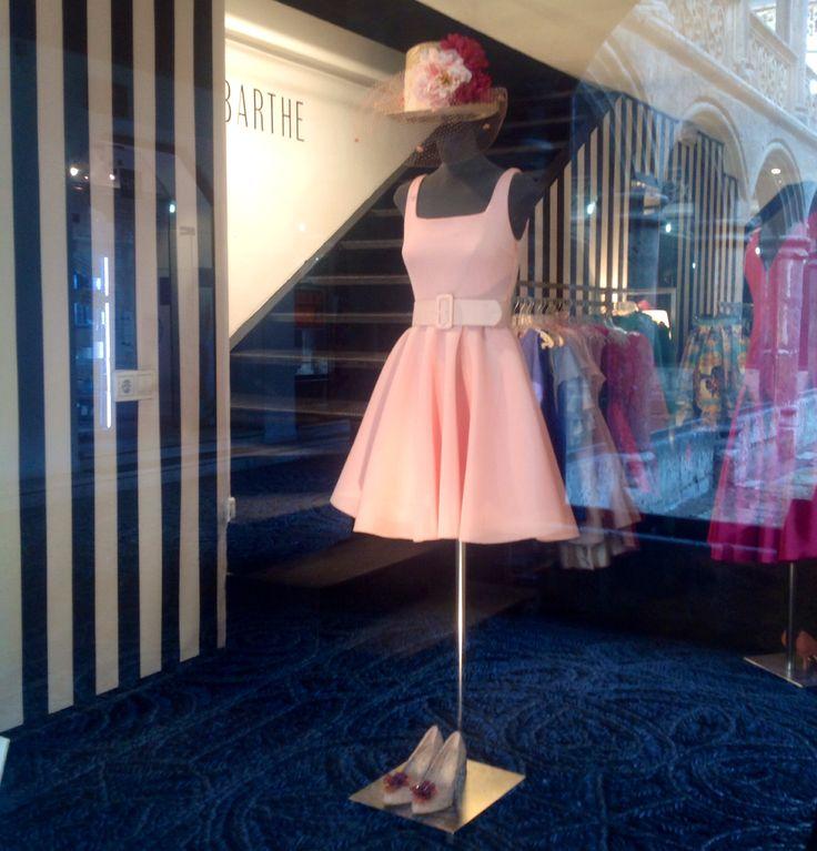 chistera gladys con traje rosa de jairo barthe jipihappy