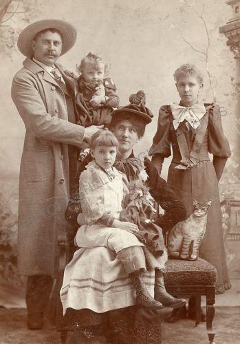 WESTERN-FAMILY-UNUSUAL-CAT-PROP-REDWOOD-FALLS-MINNESOTA-1890-Cabinet-Card-Photo