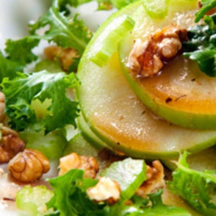Se per voi l'insalata è un piatto triste e insipido, dovete assolutamente provare questa ricetta. Noci, mele e ribes fanno davvero la differenza! (Ricetta di Francesca Chimienti)