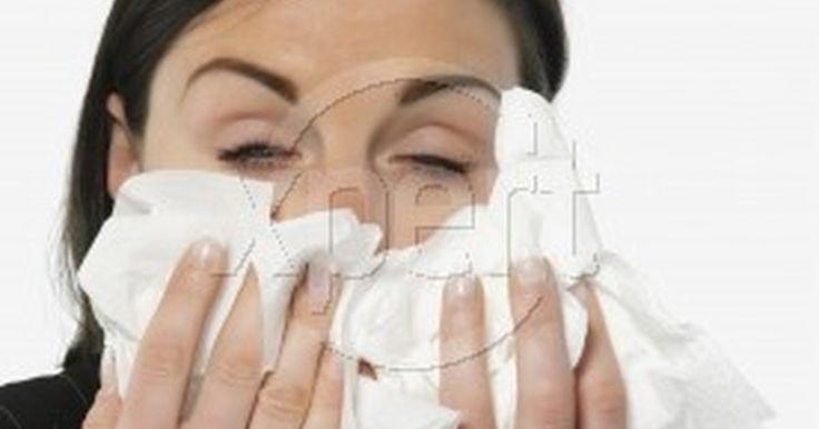 Remédios Para Inchaço nos Olhos. Os olhos tendem a ficar inchados por várias razões, principalmente devido à sensibilidade. A área fina de pele ao redor dos olhos é muito sensível, já que é rodeada por muitos vasos sanguíneos. Olhos inchados podem ser causados por reações alérgicas, impacto físico, picadas ou até mesmo as partículas indesejadas. Existem remédios que podem ser ...