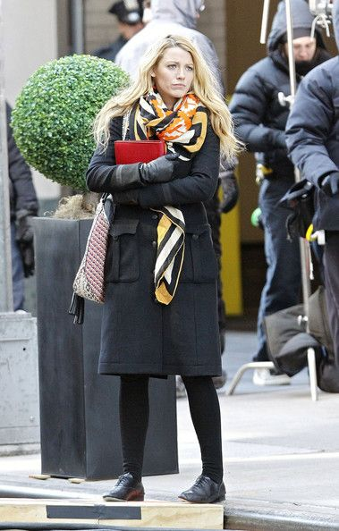 """Blake Lively Photos Photos - Blake Lively hangs out on the New York City set of """"Gossip Girl"""" ahead of filming scenes with Elizabeth Hurley. - Blake Lively exits a NYC building while filming scenes for an upcoming episode of """"Gossip Girl"""""""