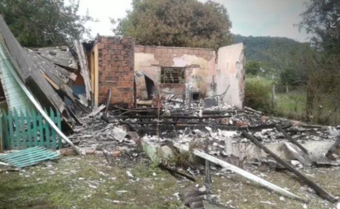 Dois adolescentes são apreendidos após estrangular e queimar três pessoas: Dois jovens de 17 anos mataram e queimaram os corpos de uma mãe…