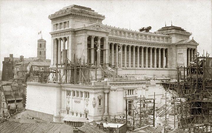Piazza Venezia – Il Vittoriano in costruzione Anno: 1905