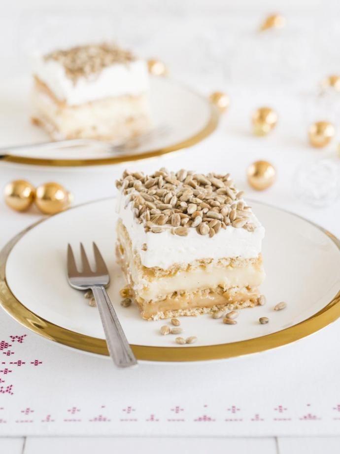 To klasyk wśród ciast na zimno i nie ma chyba osoby, która by go nie lubiła. Na moim blogu znajdziecie już wersję z czekoladą czy pistacjami, ale ostatnio poznałam to ciasto w nowej wersji z prażonym słonecznikiem. Jest po prostu pyszne a do tego nie zabiera wiele czasu. Przepis idealny na sylwestrową prywatkę :)