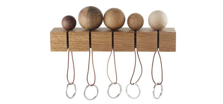 CatchMe er en serie af 5 nøgleringe, alle runde, i forskellige træsorter. Den er inklusiv et vægophæng i eg, så alle i familien kan hænge deres nøgler op og hurtigt finde dem igen, når de skal ud ad døren.