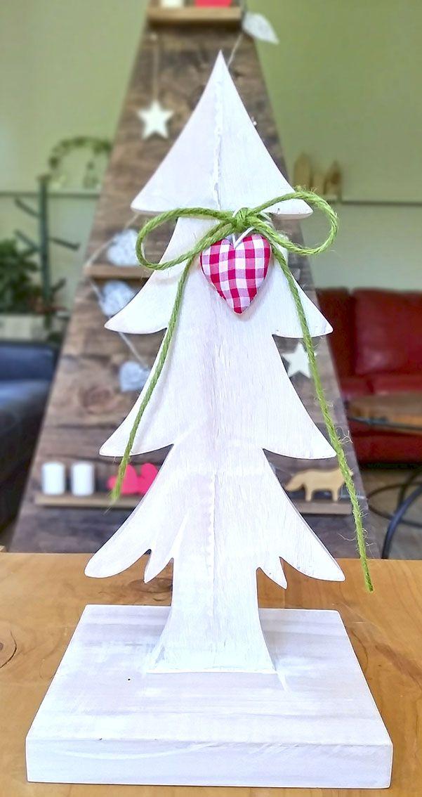 encantador!! árbol en madera recortada, con tratamiento en blanco deslavado. Una preciosura!! míralo en www.labellezadelascosas.cl