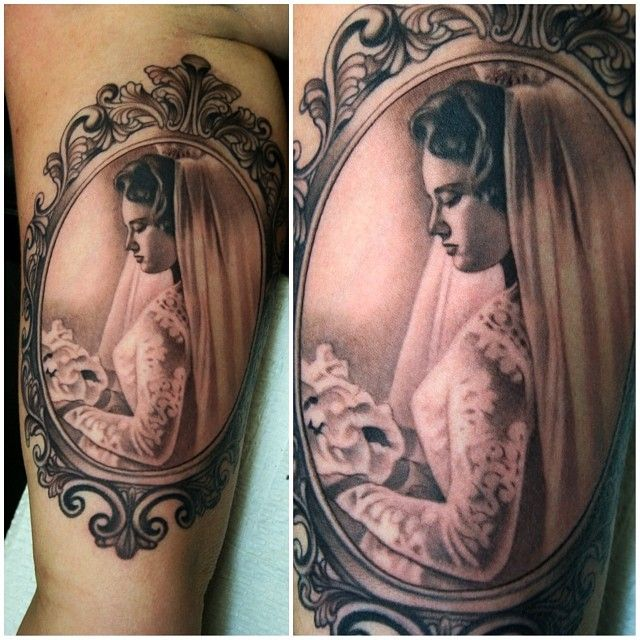 Insane portrait inside frame by Aaron Peters tattoo #veryrealistictattoos