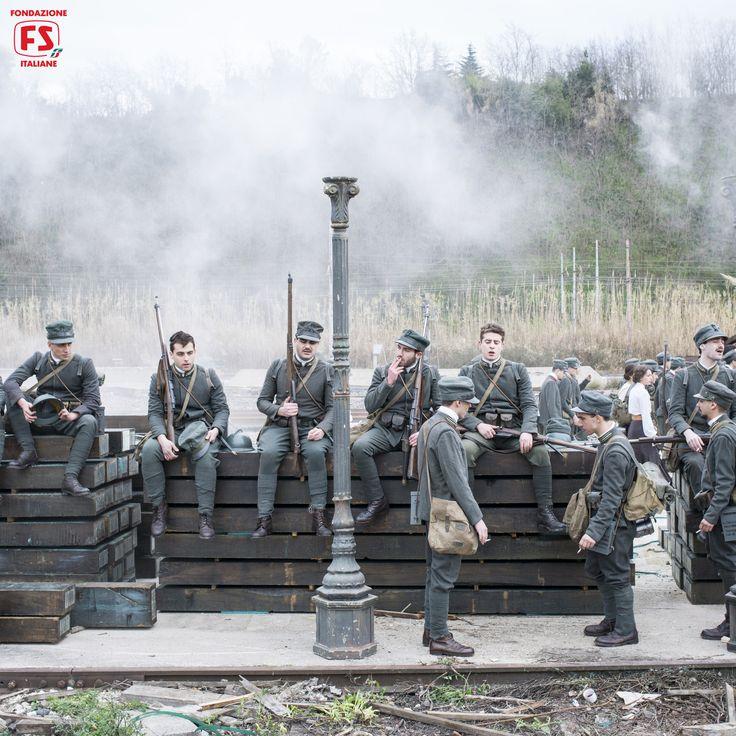 """Dal film """"Un viaggio di cento anni"""", di Pupi Avati,truppe in partenza per il fronte."""