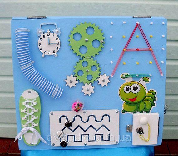 Giallo o blu bordo occupato con battuto giocattolo per