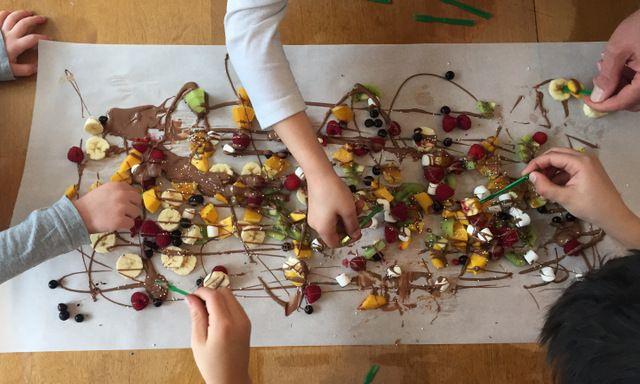 Notre façon préférée de passer les surplus de chocolat de Pâques : de la fondue au chocolat sur table.