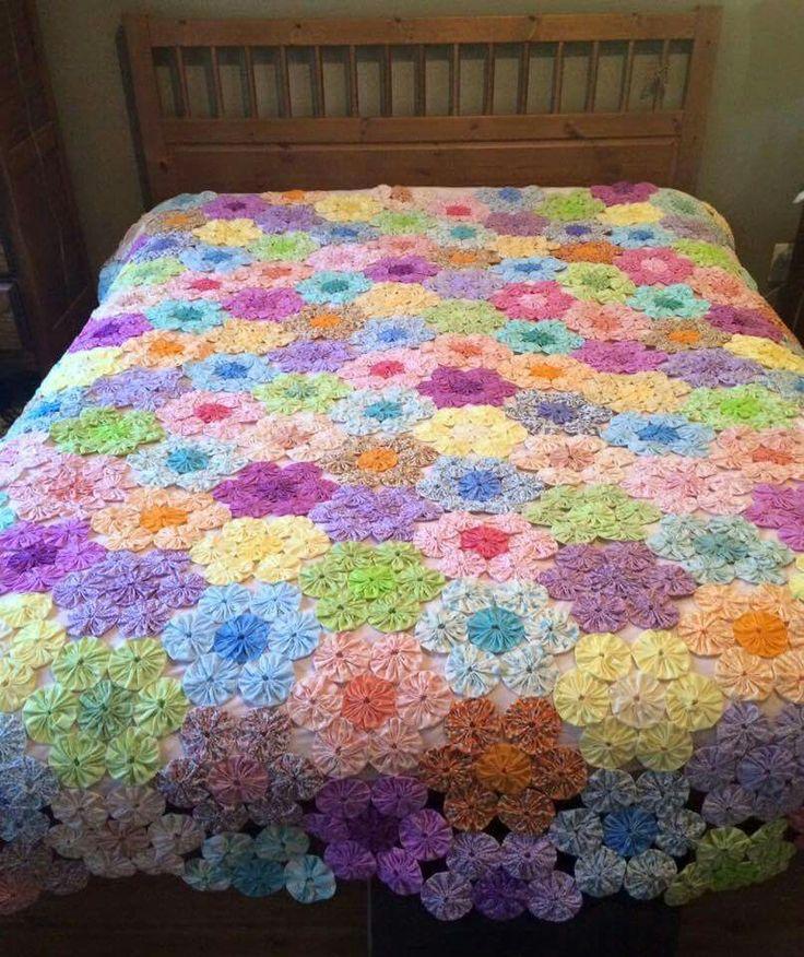 Yo-yo Flower Garden quilt                                                                                                                                                                                 Más