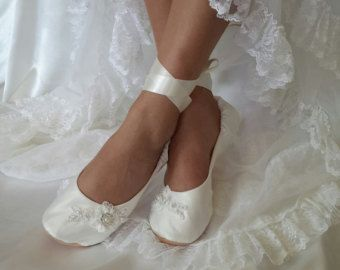 Welkom lieve bruid! Ik zou vereerd te maken van uw bruiloft schoenen! De schoenen in mijn winkel allemaal individueel op maat door mij, naar de specifieke maten van elke bruid. Raadpleeg de laatste fotos voor visuele instructies over hoe te meten uw 1. LENGTE 2. DE BREEDTE 3. TOP BREEDTE 4. HIEL BREEDTE 5. ENKEL U moet deze metingen opnemen en uw 6. KLEURKEUZE van WIT of GEBROKEN wit (zie foto) bij het plaatsen van uw bestelling. Als u vragen hebt, aarzel dan niet om te vragen.  * Zodra ik…