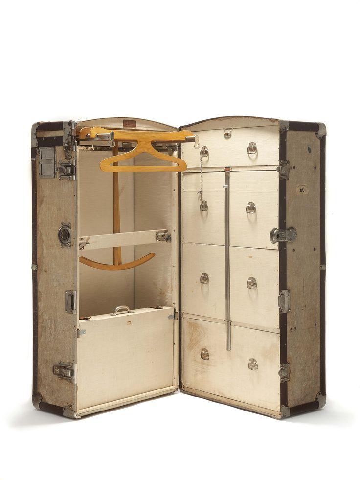 Bagage, grote hutkoffer met leren bekleding en metalen randen en leren grepen. Binnen 4 laden en kledinghaken, Zumpolle, Nederland, 19e eeuw