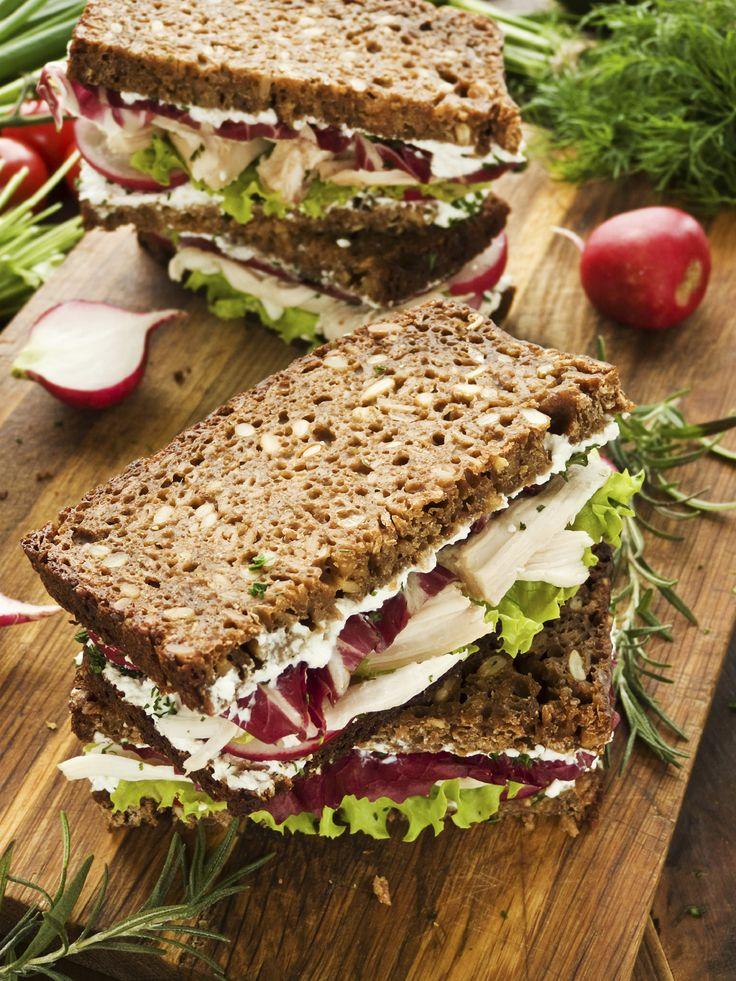 Sandwich met kip, avocado en huttenkase