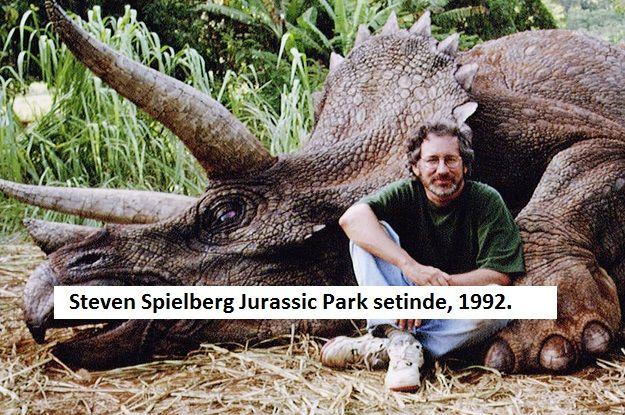 """Bizi Alıp Steven Spielberg'in Unutulmaz Film Setlerine Götüren 26 Bol Nostaljili Fotoğraf """"Bizi Alıp Steven Spielberg'in Unutulmaz Film Setlerine Götüren 26 Bol Nostaljili Fotoğraf""""  https://yoogbe.com/ilginc/bizi-alip-steven-spielbergin-unutulmaz-film-setlerine-goturen-26-bol-nostaljili-fotograf/"""