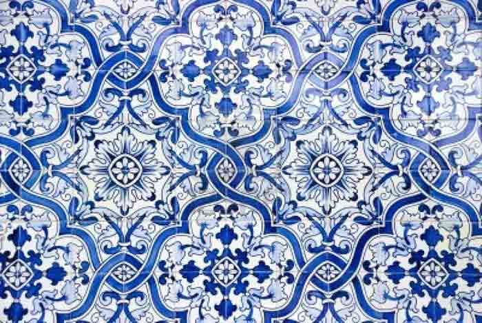 <p>Para limpar os azulejos ou pisos muito sujos, pode fazer a seguinte preparação : 1/2 xícara (chá) de vinagre branco 1/4 de xícara (chá) de bicarbonato de sódio 1/2 de amónia em um litro de água (pode comprar em farmácias) Como Preparar: Misturar tudo muito bem e passar nos azulejos, …</p>