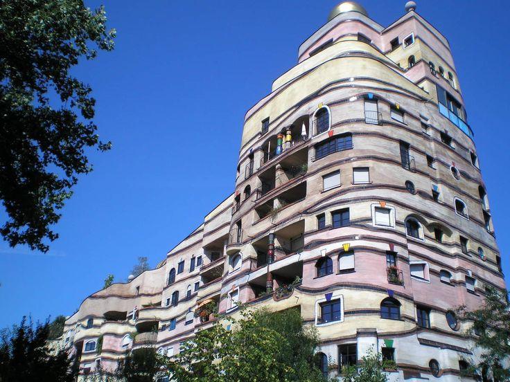 ヴァルトシュピラーレ ヴァルトシュピラーレは、ドイツのダルムシュタットにあるフリーデンスライヒ・フンデルトヴァッサー設計の集合住宅。直線を嫌ったフンデルトヴァッサーならではの曲線だらけの建物で、1000個以上ある窓はひとつとして同じ形のものはないという。Waldspirale Friedensreich Hundertwasser design of apartment house in Darmstadt , Germany. Building full of curves of Hundertwasser unique that hated straight , 1000 or more there that window is not of the same shape as one .