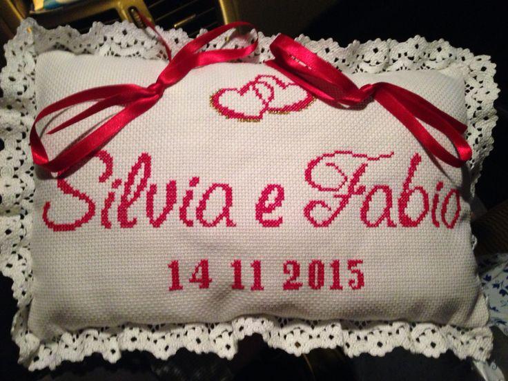 Cuscino portafedi a punto croce con gli schemi di Natalia - Wedding Pillow brings faiths cross stich Natalia's pattern