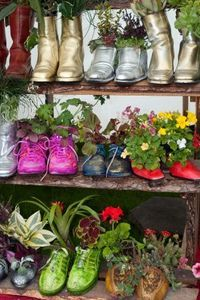 clever repurpose...Ideas, Cowboy Boots, Shoes Planters, Red Shoes, Kids Shoes, Shoes Collection, Green Life, Old Shoes, Gardens Design