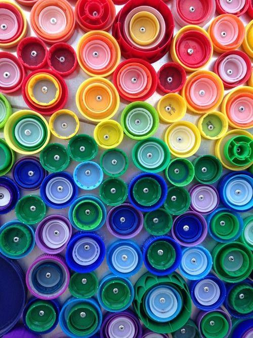 Une fresque de 24.000 bouchons en plastique recueillis par des enfants à Long Beach à New York, pour un projet Vortex avec l'artiste Lisa Be.