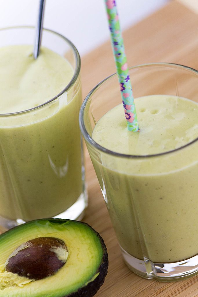 Смузи из конопляного молока, манго и авокадо