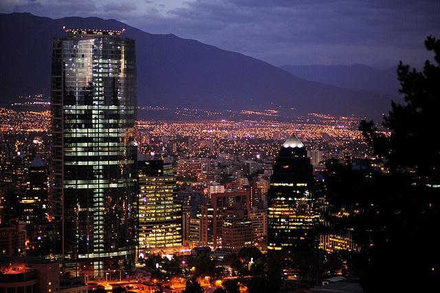 Santiago, Chili  Elle est la capitale et le principal centre urbain du Chili. La ville est en fait divisée en 37 communes. L'agglomération compte plus de 7 millions d'habitants, ce qui équivaut à un tiers de la population totale du pays. Santiago est considérée comme la troisième ville la plus riche, la septième la plus peuplée et celle présentant la meilleure qualité de vie de l'Amérique latine.