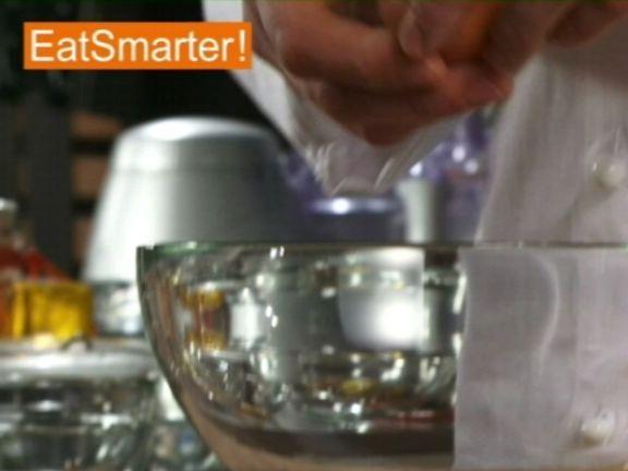 EAT SMARTER zeigt Ihnen wie Sie ein rohes Ei schnell und einfach verquirlen. Jetzt im Küchentipp-Video ansehen!