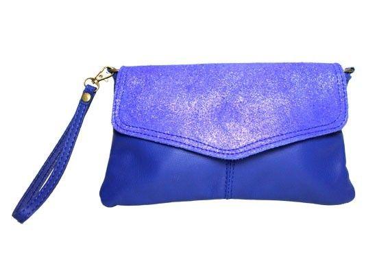 Sac pochette Lou bleu électriquePetite pochette de soirée avec une poignée pour la porter à la main, ou une anse pour la porter en bandoulière.Forme de style enveloppe, cuir bi-matière avec effet paillettes et effet lisse, une combinaison moderne.