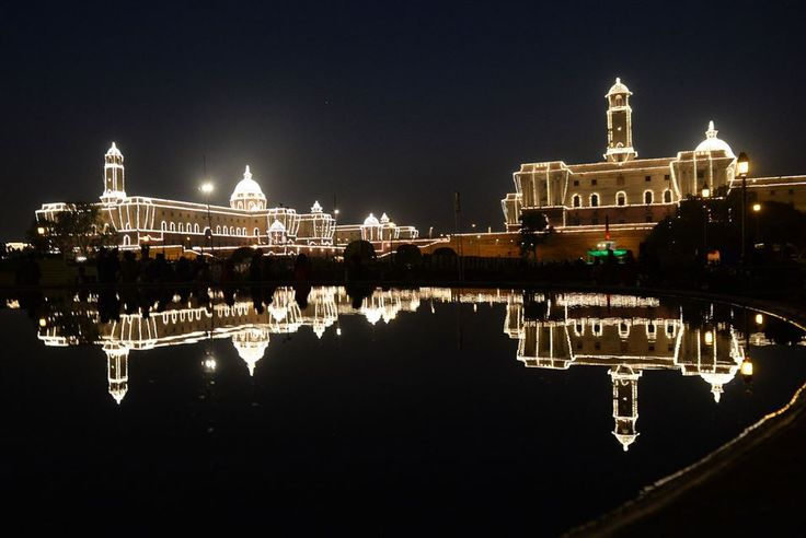 NEW DELHI.- The illuminated Central Secretariat and Parliament buildings cast a reflection at the Beating Retreat ceremony at Vijay Chowk in New Delhi January 29, 2015. The military ceremony marks the culmination of the four-day long Republic Day celebrations. AFP PHOTO / PRAKASH SINGH