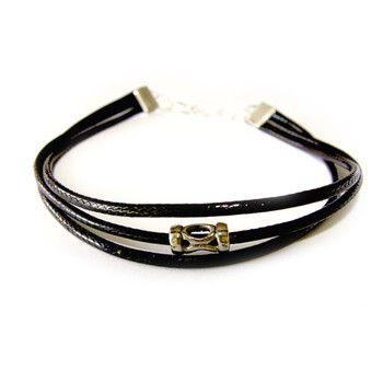 Męska bransoletka z czarnego, woskowanego sznurka z przekładką w srebrnym kolorze..