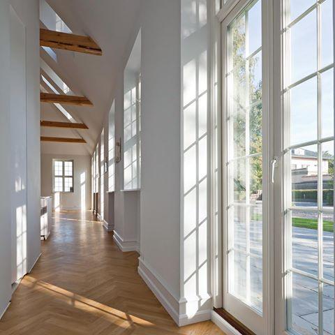 Lysindfald fra dørpartier, og bjælker i loftet. Terrassedøre der matcher Bøjsø's koblede vinduer #danskdesign #bøjsø #vinduer #sildebensparket #sunshine