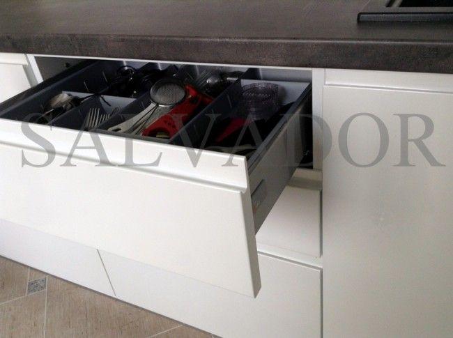 Выдвижной ящик для столовых приборов без ручек