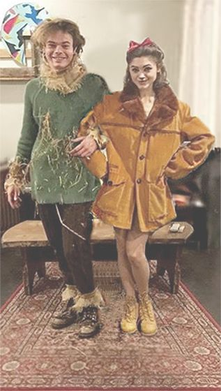 Charlie Heaton and Natalia Dyer dressed as The Scarecrow and Cowardly Lion