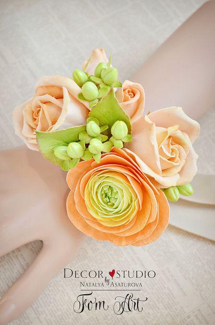 Купить или заказать Браслет невесты с цветами фоамирана в интернет-магазине на Ярмарке Мастеров. Цветочный браслет на свадьбу вместо букета - а почему бы нет? В таком решении есть свои плюсы. Такой браслет подойдет как для невесты, так и для подружек невесты. По Вашему желанию цветовую гамму можно изменить, так же можно изменить состав цветочной композиции и цвет ленты.
