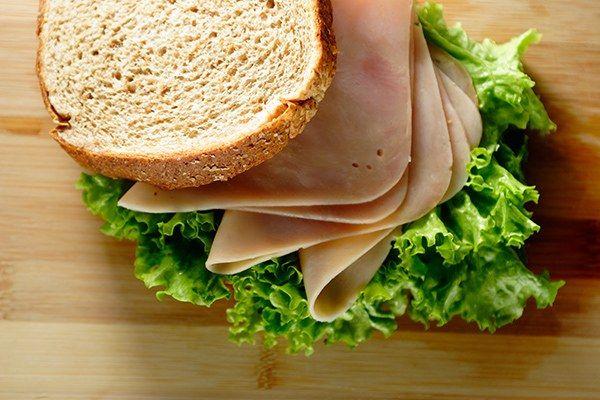 Sanduíche natural de peito de peru e queijo branco