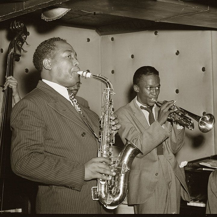 Le frasi sul jazz ci introducono in un mondo di improvvisazioni, jam session, note che volano via e tasti di pianoforte toccati con eccezionale maestria.