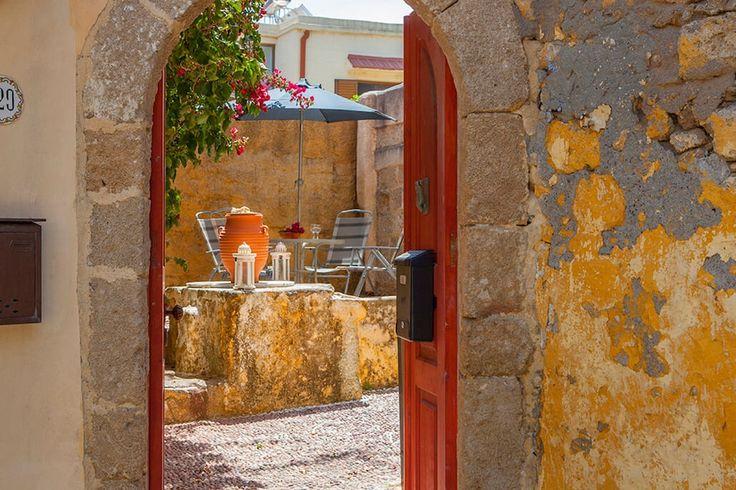 Description: Eeuwenoud pand in volle glorie hersteld op een prominente locatie in Rhodos stad  Bewonderd struinen tussen het heden en verleden De illustere stad Rhodos mag je tijdens je bezoek aan het eiland niet overslaan want de eeuwenoude binnenstad is niet voor niets opgenomen in Unesco?s Werelderfgoedlijst. Wanneer je zelf door de sfeervolle steegjes kuiert kun je alleen maar beamen dat het inderdaad een beauty van een stad is. Heel wat culturen hebben er in het verleden hun stempel op…