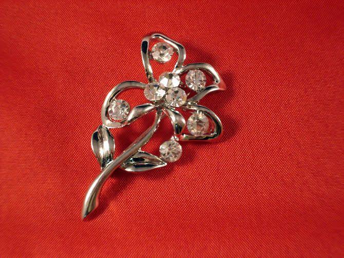 Καρφίτσα με λουλούδι και πέτρες για μπομπονιέρα γάμου