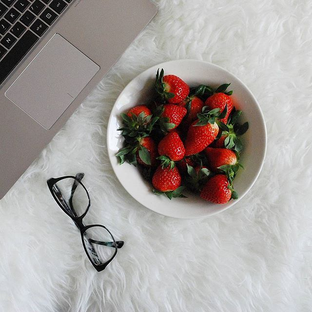Odpoczywanko po pracy 🍓 #strawberries ##glasses #laptop #notebook #relax #details #essentials #minimal #blogger #beauty #picoftheday #flatlay #rest