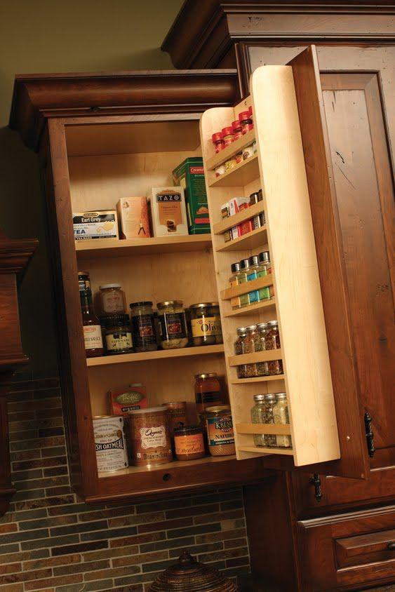 Muitas vezes quando organizamos nossos armários  esquecemos de falar sobre os temperos. Se você está planejando os armários de sua cozi...