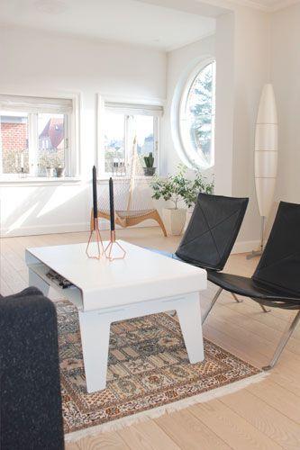 Morfo :: KYUSHI lounge·table HVID. Lækkert sofa·bord i tyk hvid aluminium. Bordet har en lille hylde hvor du kan gemme rodet og aflægge aviser og magasiner. Samlet uden skruer.