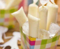 Em dias de muito calor nada melhor que um geladinho cremoso de abacaxi com gengibre! INGREDIENTES 900ml de iogurte natural batido 1 lata de leite condensado 5 colheres (sopa) de leite em pó 2 embalagens de suco sabor abacaxi 1 colher (sopa) de gengibre ralado 250ml de água COMO FAZER GELADINHO DE ABACAXI CREMOSO COM …
