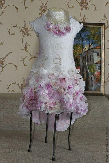 Купить или заказать Валяное платье для девочки 'Утренняя роза' в интернет-магазине на Ярмарке Мастеров. Нуно-платье для юной цветочной феи. 10 метров 100% натурального шелка и его производных - шифона, крепа, органзы различных оттенков утренних роз, посаженных на тончайший меринос.... Приталенный силуэт, спущенная линия плеча. Юбка переменной длины, удлиненная сзади. Очень мягкое и нежное. Выполнено к выпускному вечеру в детский сад.
